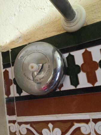 Amanhavis Hotel & Restaurant: Piezas rotas en la ducha