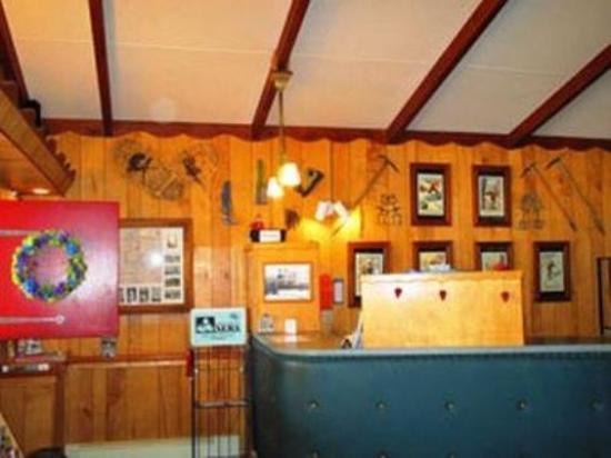 Yodeler Motel: Lobby view
