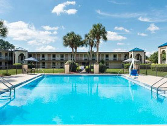 Travelodge Inn and Suites Jacksonville Airport: Pool