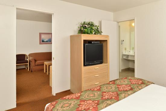 Americas Best Value Inn & Suites: Two Room One King Bed Suite