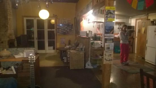 Lion's Den: Cocina y living