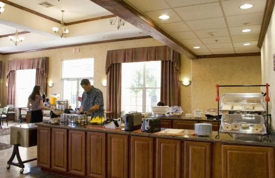 Arbor Inn and Suites: Breakfast Buffet