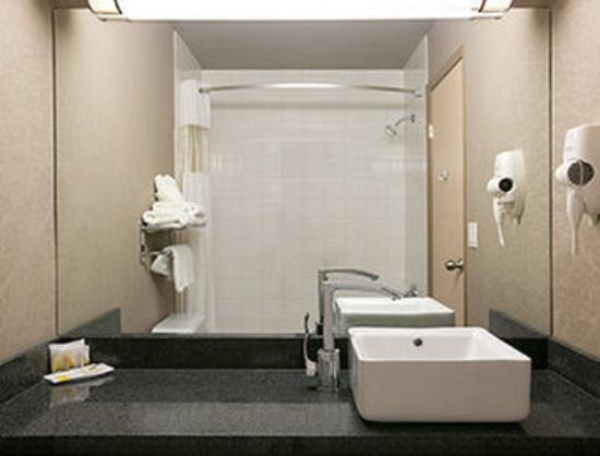 Days Inn - Regina: Bathroom