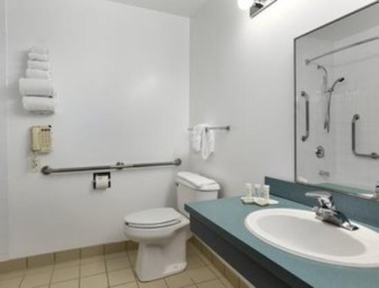 Super 8 Calgary Shawnessy Area: ADA Bathroom