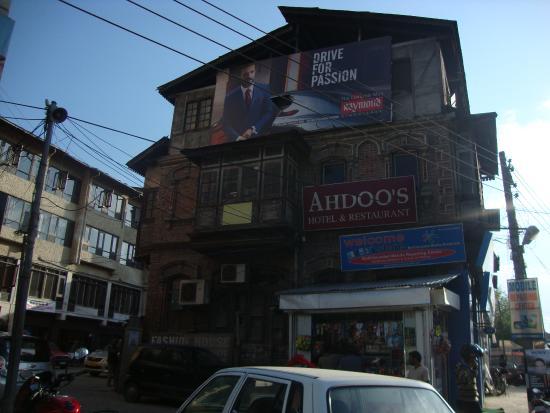 Ahdoos Hotel: Hotel Entrance from Main Road