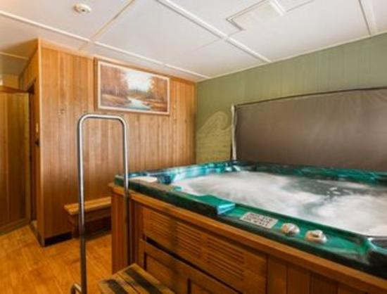 Thriftlodge Cochrane South: Hot Tub