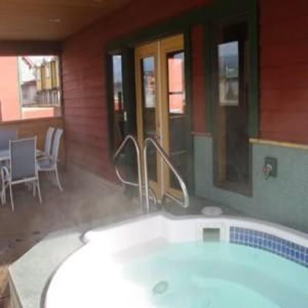 Canadian Rockies Chalets: Hot Tub