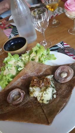 Louargat, فرنسا: La galette campagnarde andouillette moutarde à lancienne  oignon pomme de terre avec salade