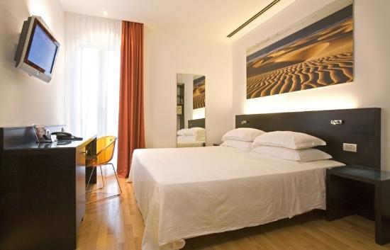 Hotel Card International: Le camere con parquet e TV LCD...