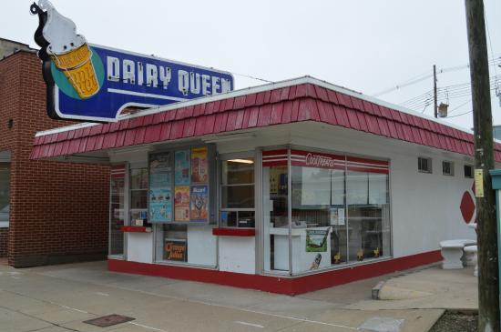 Bicentennial Inn, Home of 88 Restaurant and Lounge : Cute little Dairy Queen just down the street from hotel.