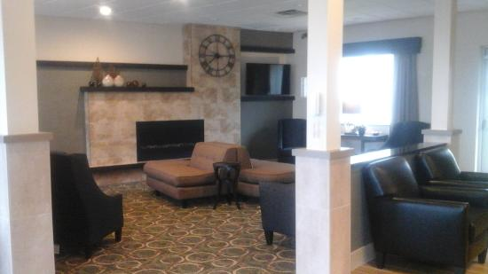 Quality Inn Geneseo: Lobby seating