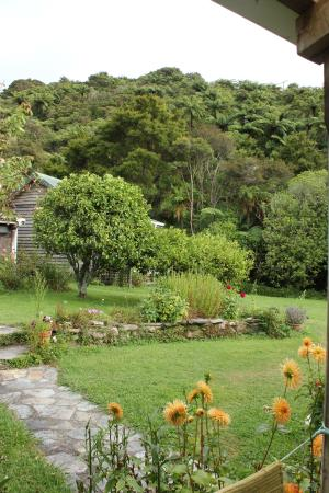 The Innlet Backpackers and Cottages: Garden area