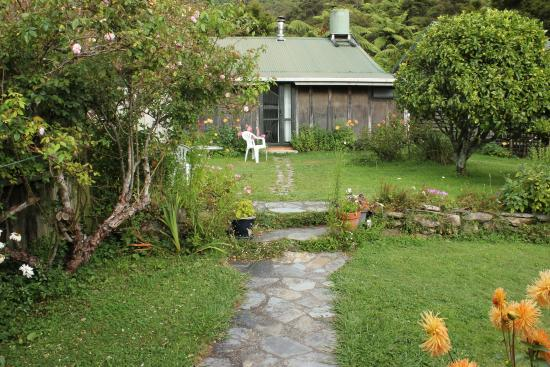 The Innlet Backpackers and Cottages: Garden surrounds and one of the smaller cabins