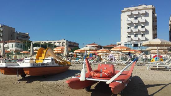 Hotel Clitunno: Vista albergo dalla spiaggia