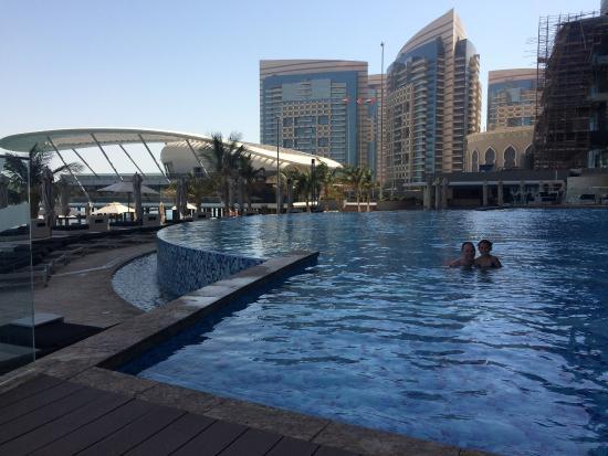 BiCE at Jumeirah at Etihad Towers: Pool og udsigt fra 36. etage.