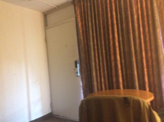 Magnuson Hotel Lenox: Door area