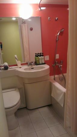Chisun Inn Munakata: バスルームは若干のゆとりあり