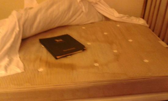 The Lion Hotel Shrewsbury by Compass Hospitality: Disgusting, stinking mattress