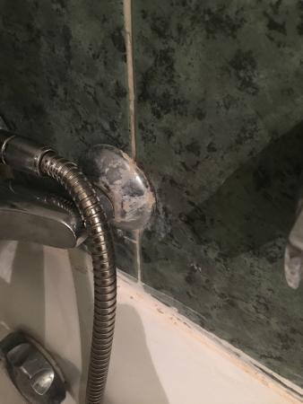Hotel Chems : EV. Le calcaire sur la robinetterie, des produits existent pour nettoyer !!