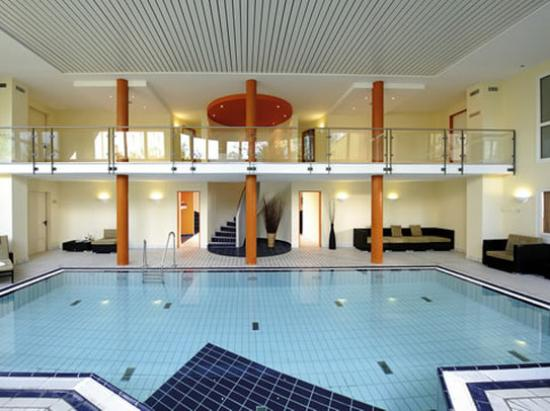 NH Frankfurt Airport West: Swimming Pool