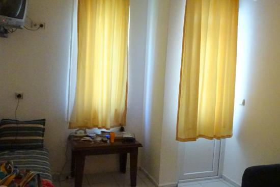 Bayram Apart Hotel: гостиная и выход на балкон