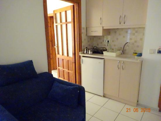 Bayram Apart Hotel: кухонный уголок в гостиной