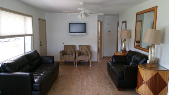 Amethyst Beach Motel: Beach House Living Room