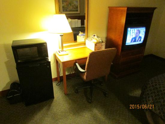 Quality Inn : fridge, microwave, desk, TV