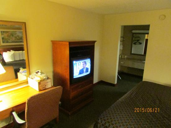 Quality Inn : TV and bathroom