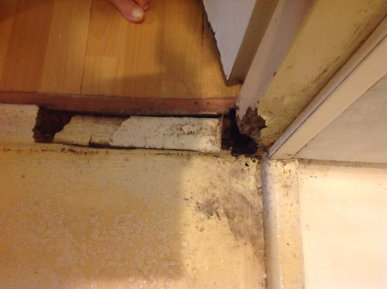 West Side Inn Hostel Bargain Toko: Door frame
