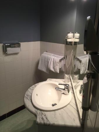 Ibis Styles Niort Centre Grand Hotel: Salle de bain bien agencée