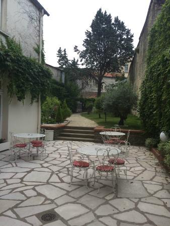 Ibis Styles Niort Centre Grand Hotel: Vue de la salle de petit déjeuner sur le jardin privatif