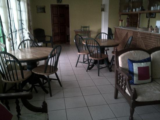 Harris Jungle House: Small breakfast/dining area. There's a microwave, fridge, toaster oven and lots of dishes for us