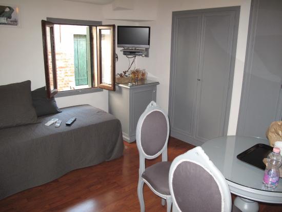 Microvenice Guest House: Living con due letti singoli e angolo cottura per colazione nell'armadio a muro predisposto.
