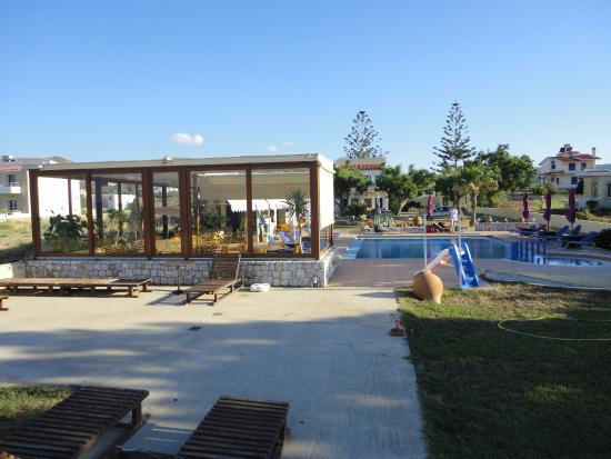 Anavaloussa Apartments: Piscine et pool house