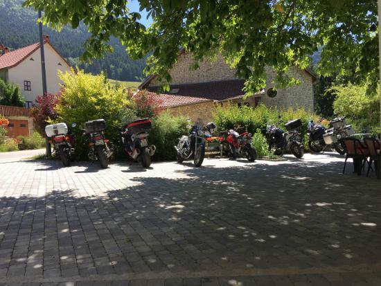 Hôtel le Marronnier : la terrasse spéciale motards...