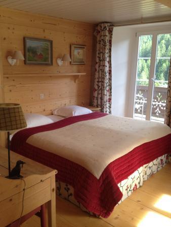 Hotel du Pillon: bed in room
