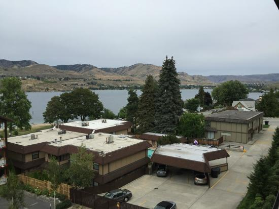 Chelan Resort Suites: Looking to the right towards Chelan #405