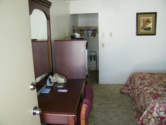 bureau in slaapkamer - Picture of Knights Inn Baker City, Baker City ...
