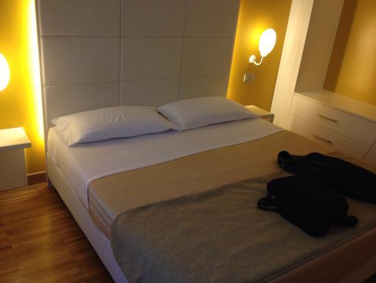 Roma Point Hotel : Stanza 109: camera da letto e bagno
