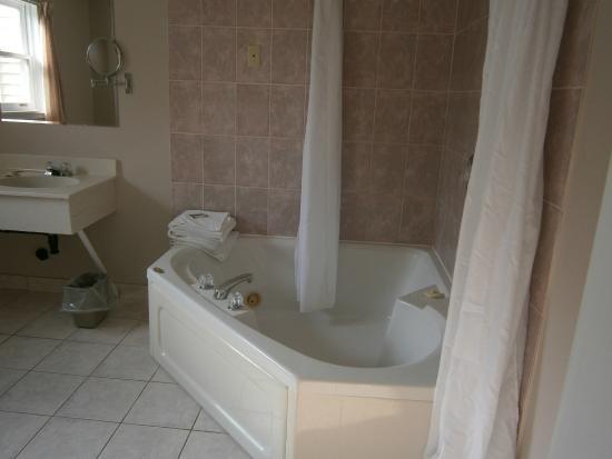 Brackley Beach North Winds: Bathtub in suite