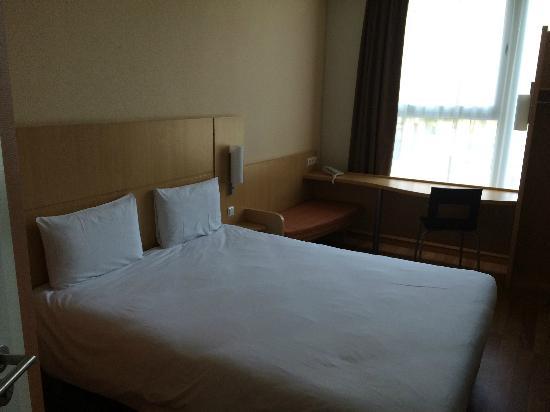 Ibis Kaunas Centre: wide bed