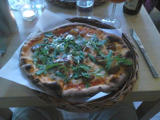 Kafferosteriet pa Osterlen: Pizza in a basket