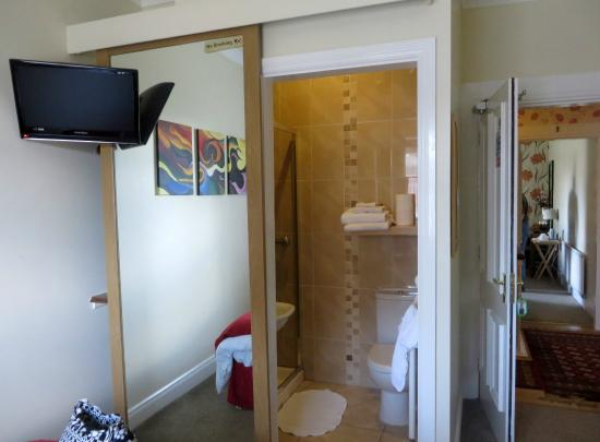 Rose Park House Bed and Breakfast: looking into bathroom of our room