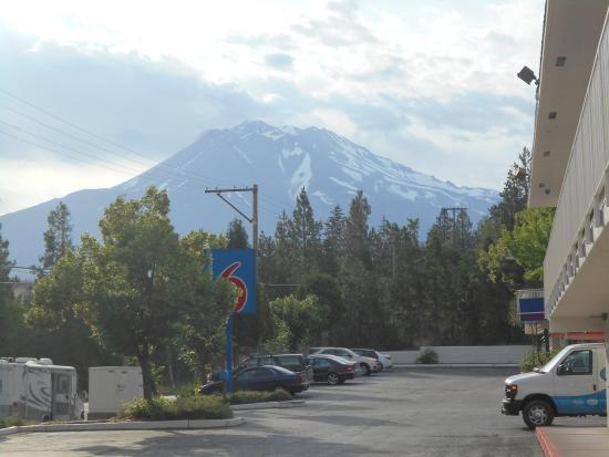 Motel 6 Weed - Mount Shasta: Mt Shasta from the parking lot
