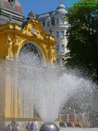 Belvedere Spa Hotel: Вид на отель от музыкального фонтана