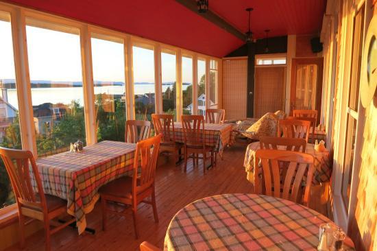 La Grand Voile Centre Santé et Auberge : Salle à manger avec vue magnifique sur le fleuve