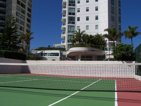 Pacific Views Resort: Tennis Court