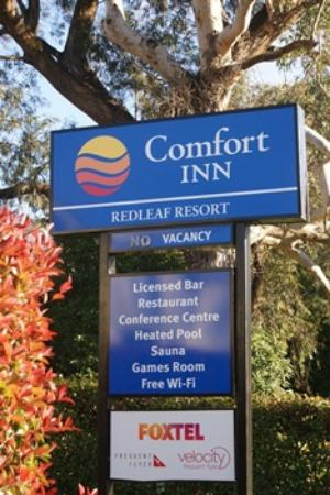 Comfort Inn Redleaf Resort: Entrance Sign