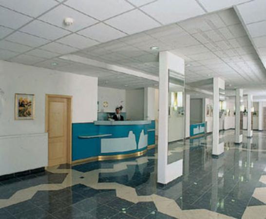 Bara Junior Hotel: Reception desk
